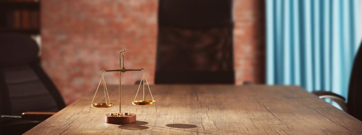 Waage auf Holztisch: Sagawe und Klages Anwaltskanzlei bietet Beratung im Wirtschaftsrecht für deutsche und nordische Mandanten.