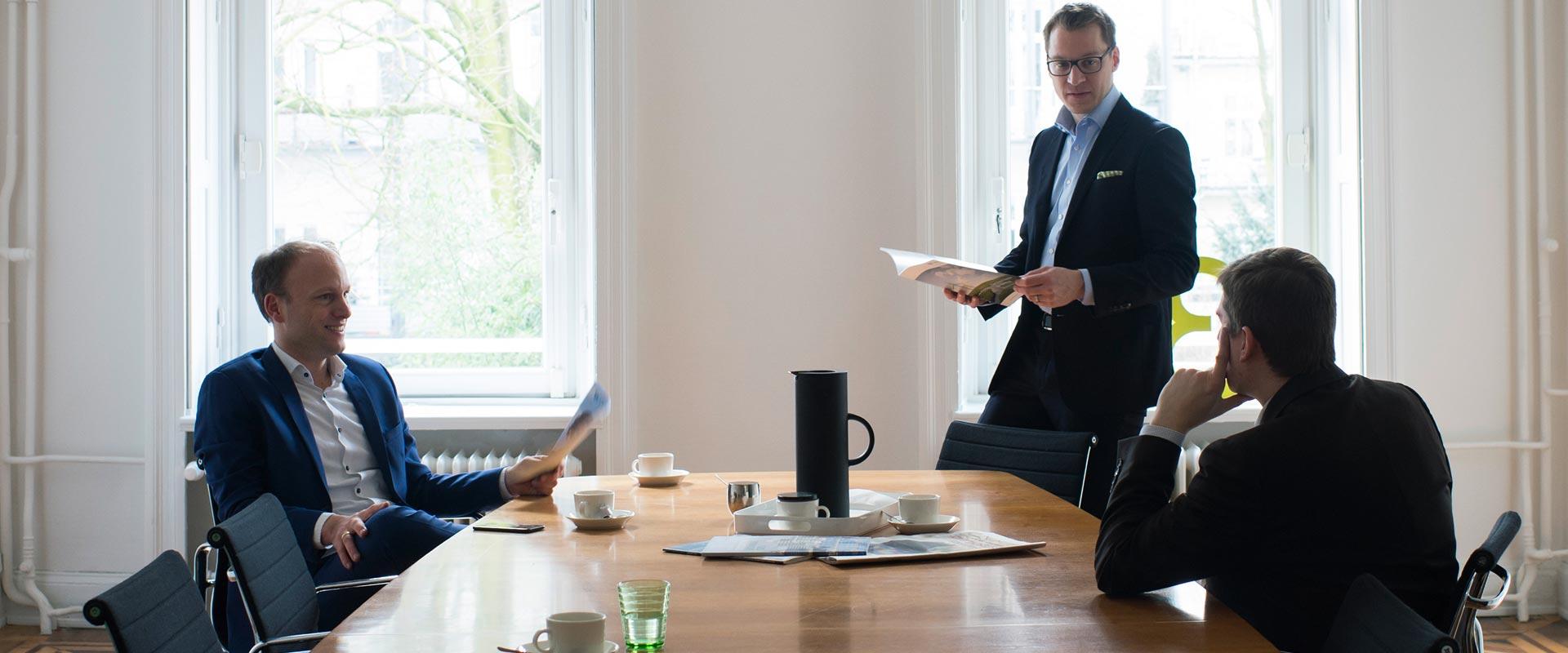 Sagawe und Klages Anwaltskanzlei Beratung von Unternehmen am Bürotisch mit Anwälten