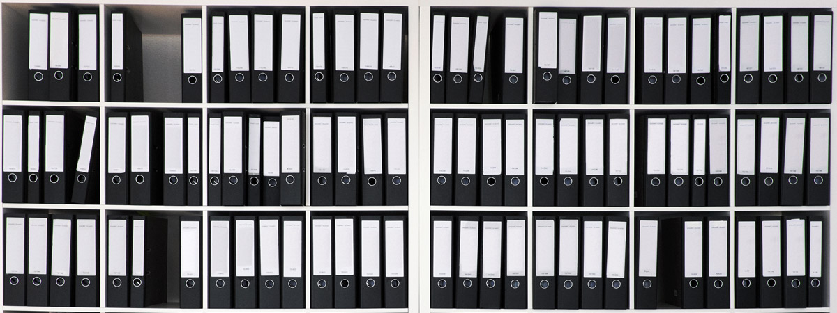 Shelf with file folders: Sagawe & Klages specializes in legal advice for German and Nordic companies.