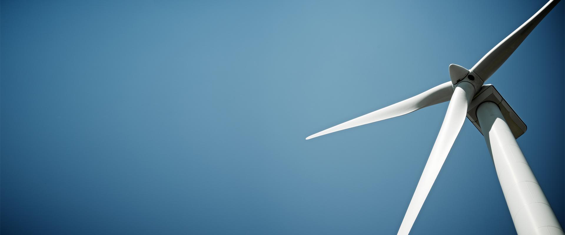 Sagawe und Klages Anwaltskanzlei Beratung Erneuerbare Energien Windkraftrad vor blauem Himmel